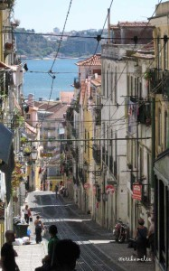 Dai vicoli di Lisbona si scorge il Tago