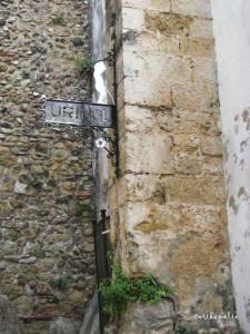 Urinol sulla via del Castello